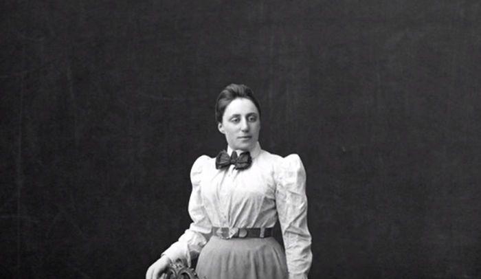 التناظر الفيزيائي: لماذا وصف أينشتاين هذه المرأة بعبقرية الرياضيات المبدعة؟