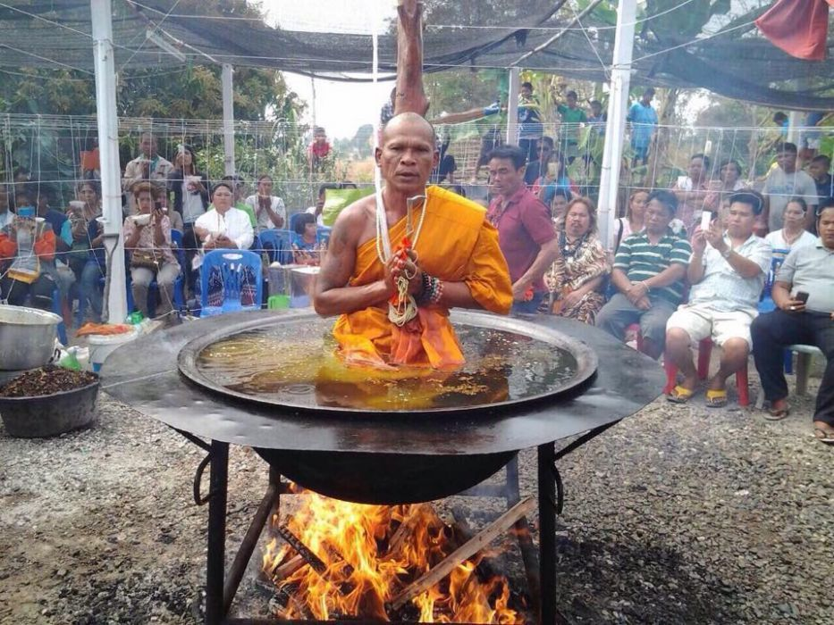 حقيقة أم خدعة؟ رهبان بوذيون يغلون أنفسهم بالزيت