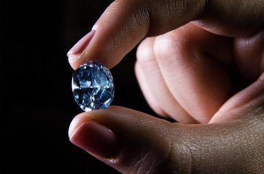 اكتشاف معدن غريب غير معروف سابقًا في قطعة من الألماس تركيبة معدنية غير معروفة من قبل بصمة كيميائية غير عادية قطعة ألماس مكتشفة