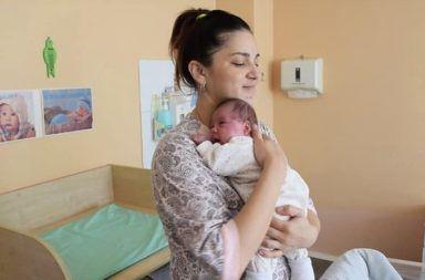 في حالة نادرة للغاية، ولدت سيدة توأمًا بفاصل 11 أسبوعًا بين الولادتين فاصل ثلاثة أشهر بين الولادتين الوالدة ليليا كونوفالوفا وطفليها