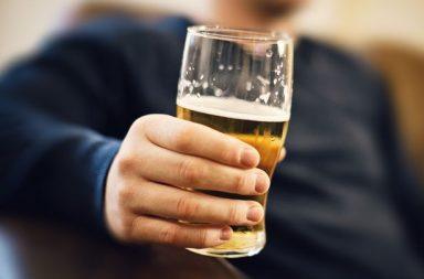 يجب أن يقلع الآباء عن شرب الكحول قبل ستة أشهر من بدء الحمل خطر إصابة المواليد بآفات القلب الخلقية (CHD) الإفراط في شرب الكحول من قبل الوالدين