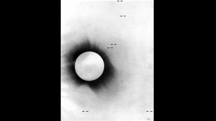 صورة سلبية لكسوف كلي للشمس سنة 1919 مأخوذة من جزيرة برينسيبي، يظهر في الصورة موضع النجوم التي اختُبرت في نظرية آينشتاين للجاذبية.