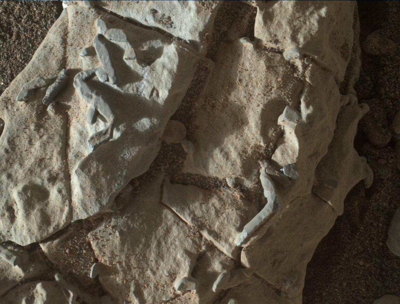 المركبة كيوريوسيتي ترصد أنابيب غريية على المريخ