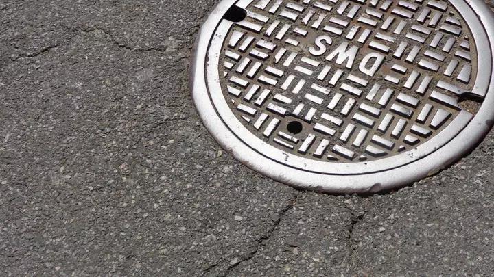 لماذا أغطية المنهل دائرية؟ - حفرة الصيانة، أو فتحة المرافق، أو غرفة التفتيش، أو الصرف الصحي - لما تكون أغطية المنهل دائرية الشكل