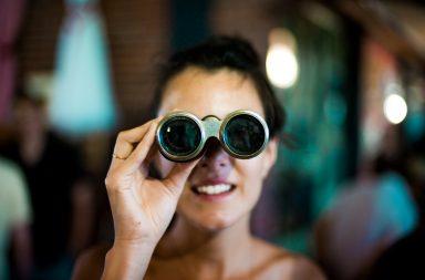 يبدو أن اللغة التي تتكلمها توّجه انتباهك، حرفيًا! - يربط علم اللغة النفسي بين علم النفس واللغويات - اللغات التي نتحدث بها تؤثر على حركات أعيننا