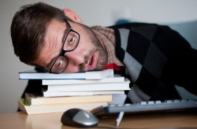 لماذا نشعر بالتعب دائمًا رغم حصولنا على عدد كافي من ساعات النوم الإحساس بالنعاس بعد الإستيقاظ من النوم الكافيين في الجسم الأدينوزين