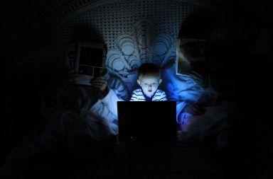 كيف يؤثر الضوء الأزرق على نومك وما هي الحلول هل يسبب ضوء الهاتف المحمول قلة النوم أضرار التعرض للضوء قبل النوم الإنارة الشديدة