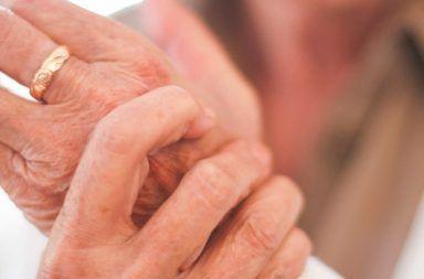 تكلس الغضاريف (النقرس الكاذب): الأسباب والأعراض والتشخيص والعلاج التهاب المفاصل تراكم بلورات بيروفوسفات الكالسيوم المفاصل المعصم الركبة