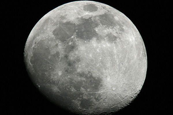 كيف يمكن توليد الكهرباء من القمر؟