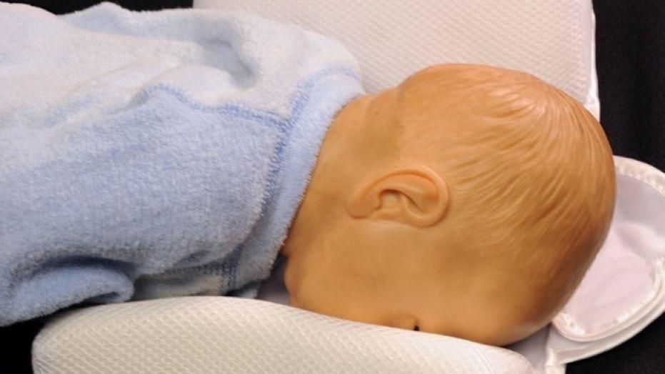 أداة تعديل وضعية نوم الطفل يمكن أن تشكل خطرًا على حياته