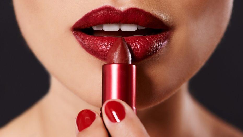 امرأة تقاضي متجر سيفورا للتجميل، فهل من الممكن الإصابة بالهربس عبر أحمر الشفاه؟؟