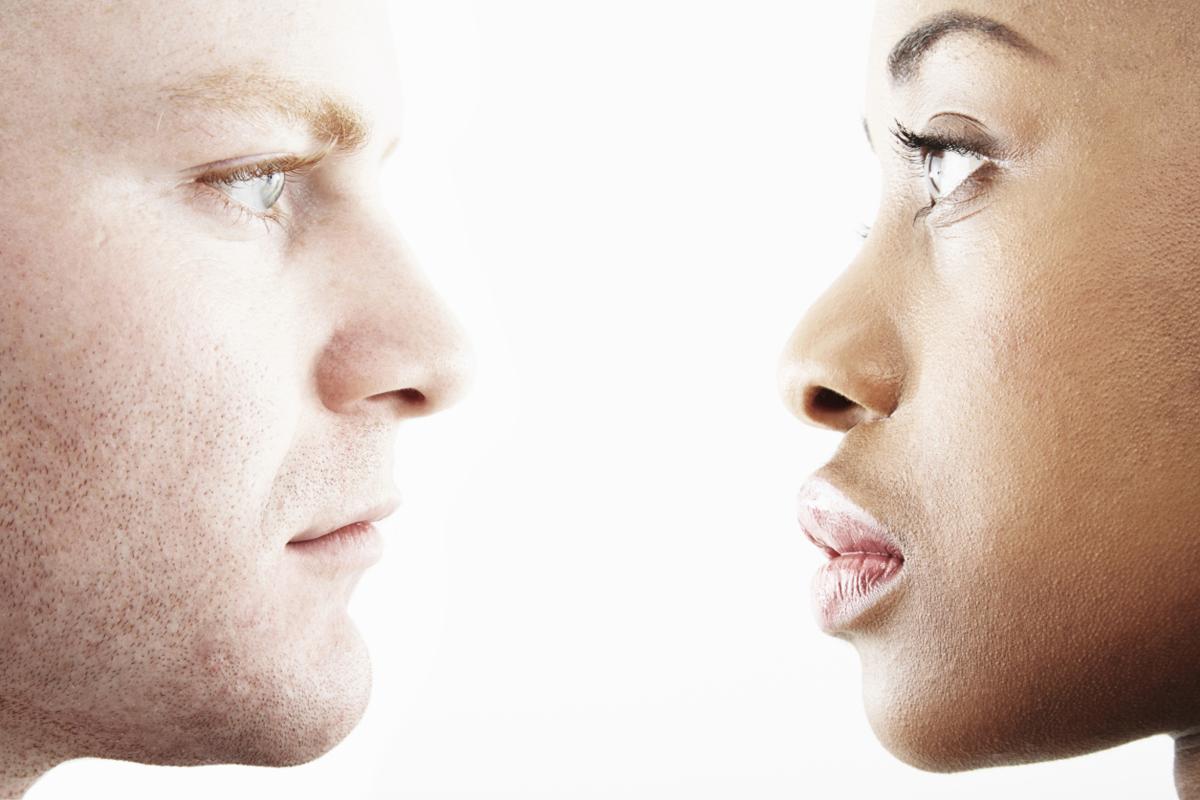 لماذا نواجه صعوبة في التحديق بعيني شخص و الحديث معه في الوقت ذاته ؟