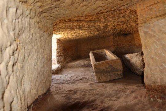 اكتشاف اثنتي عشرة مقبرة جديدة في جبل السلسلة بمصر
