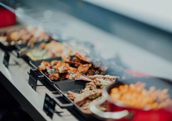جميعنا يحب البوفيه ولكن المثير للاهتمام لماذا أصحاب المطاعم يحبون البوفيه أكثر منا المطاعم تدخر الأموال مع وجود طاقم عمل أقل
