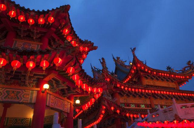 تُزين المنازل بالفوانيس الورقية خلال احتفالات السنة الصينية الجديدة، يعتبر الأحمر لونًا لجلب الحظ.