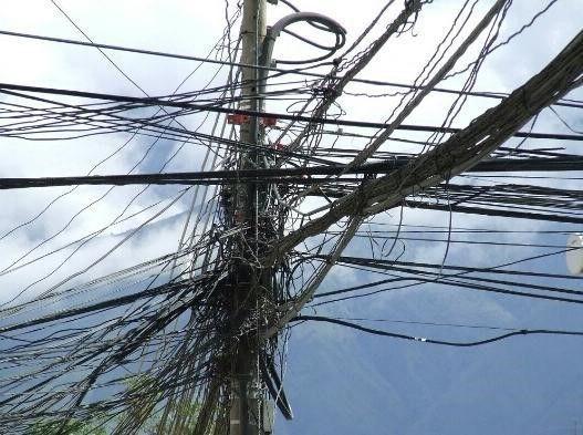 لماذا لا تطمر خطوط الطاقة الكهربائية في الأرض بدلًا من رفعها على الأعمدة؟