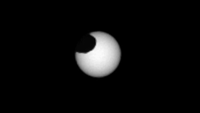 رصدت مركبة Curiosity الخاصة بناسا قمر المريخ فوبوس وهو يمر من أمام الشمس ملقيًا بظله على سطح المريخ في 26 مارس 2019.