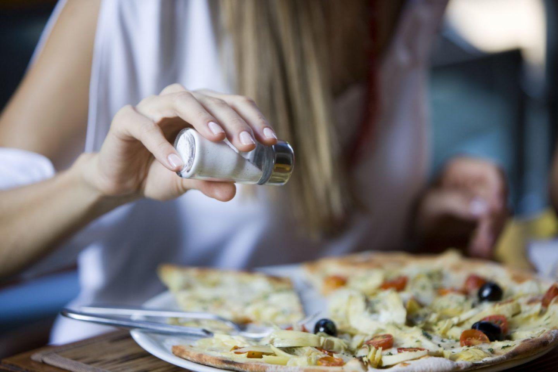 كيف تؤثر الأطعمة المالحة على شعورنا بالجوع وفقداننا الوزن