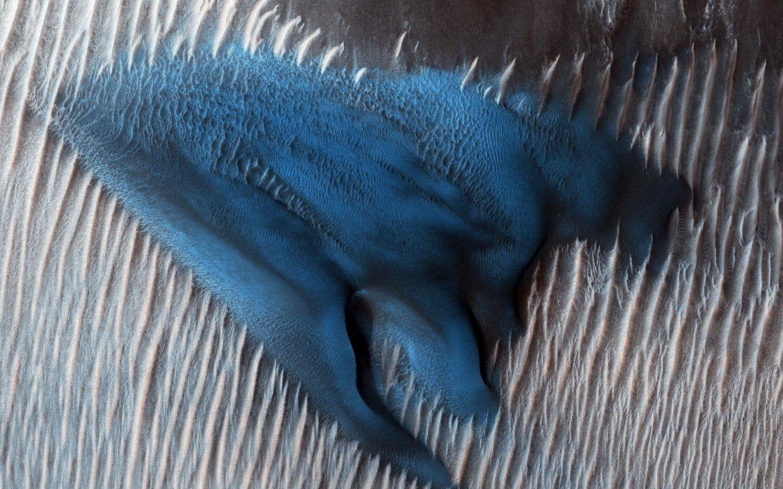 الكثبان الرملية في المريخ تتحرك بطريقة غريبة