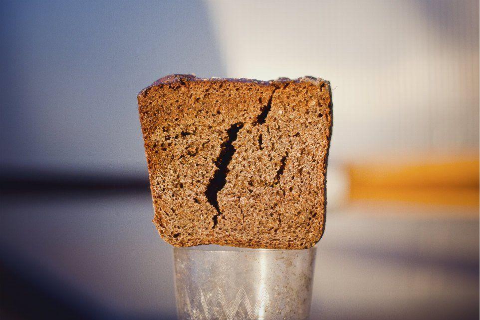 لماذا يُصبح الخبز القديم جافًا بينما تصبح رقائق البطاطس القديمة أكثر طراوة؟