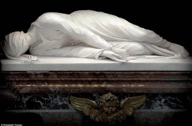 2A29B34600000578-3146906-The_first_of_the_incorruptibles_The_tomb_of_St_Cecilia_the_first-a-23_1435832009920