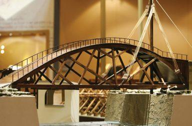 التصميم الذي استعرض عبقرية ليوناردو دافنشي لوحة الموناليزا ولوحة العشاء الأخير أطول جسر في القرن السادس عشر تصميم جسر دافنشي