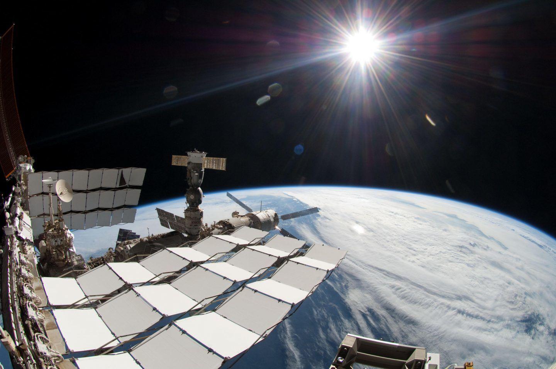 المحطة الفضائية الدولية تحلق عبر الشمس الخالية من البقع