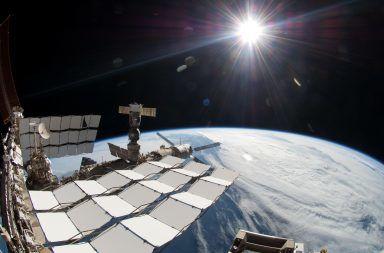 المحطة الفضائية الدولية تحلق عبر الشمس الخالية من البقع شيء ما مفقود في الصورة الرائعة لمرور محطة الفضاء أمام الشمس سر صور محطة الفضاء الدولية