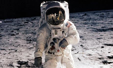 إثنا عشر رجلاً مشوا على سطح القمر