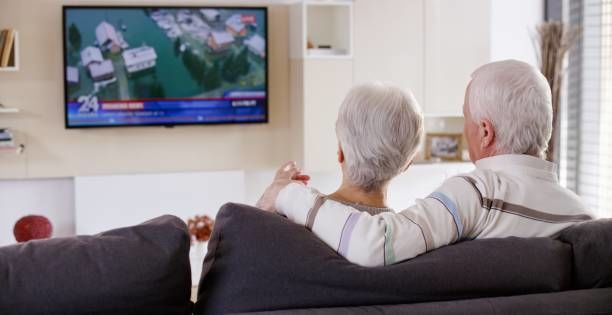 الجلوس ومشاهدة التلفاز لفترات طويلة خطر... خاصة لكبار السن