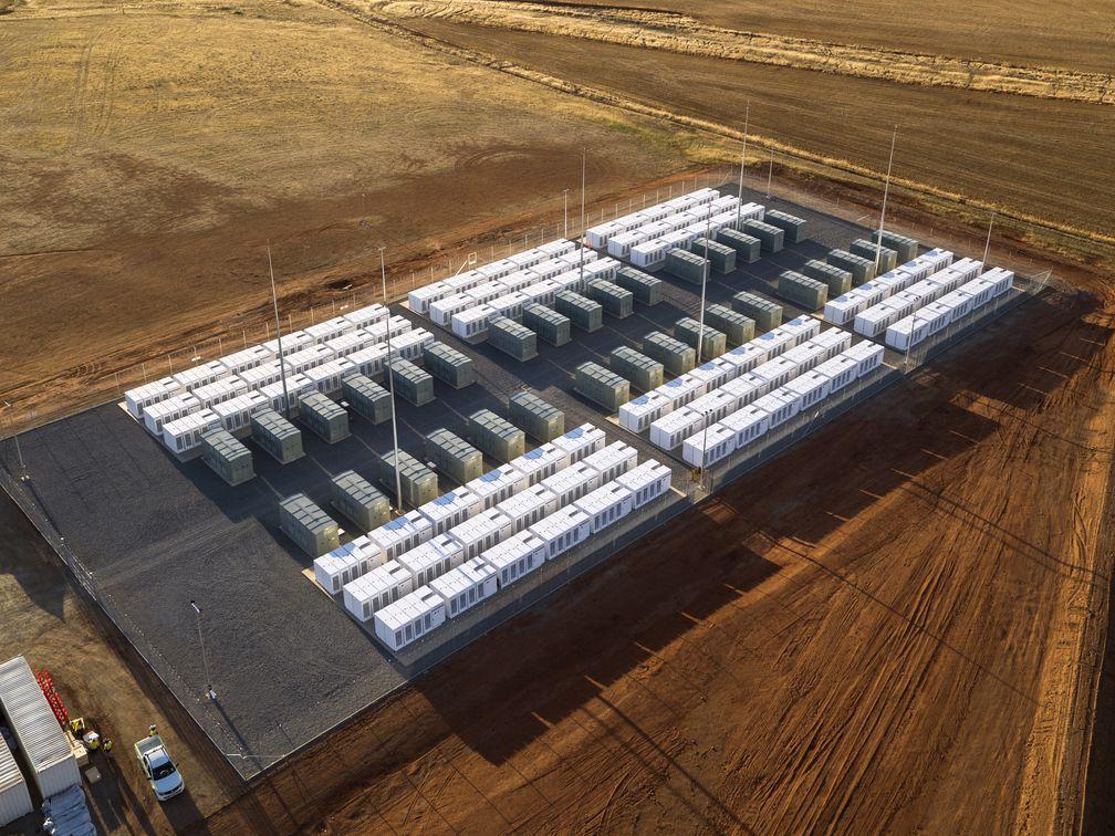 شركة تسلا تعلن للتَّوّ عن نظام بطارية جديد وعملاق لتخزين الطاقة المتجددة