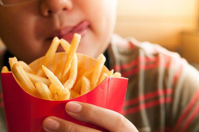 مراهق أصبح أعمى نتيجة تناوله للوجبات السريعة نظام غذائي سيء مكون من الوجبات السريعة: رقائق البطاطا المقلية والشيبس إصابة فتى في إنجلترا بالعمى