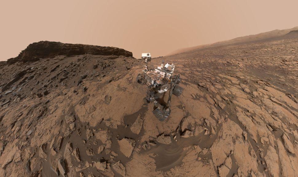 تظهر هذه الصورة الذاتية في شهر أيلول 2016 من مركبة كريوسيتي مارس روفر المصممة من قبل وكالة ناسا الفضائية في منطقة موراي بوتس ذات المناظر الخلابة في الجزء السفلي من جبل شارب.