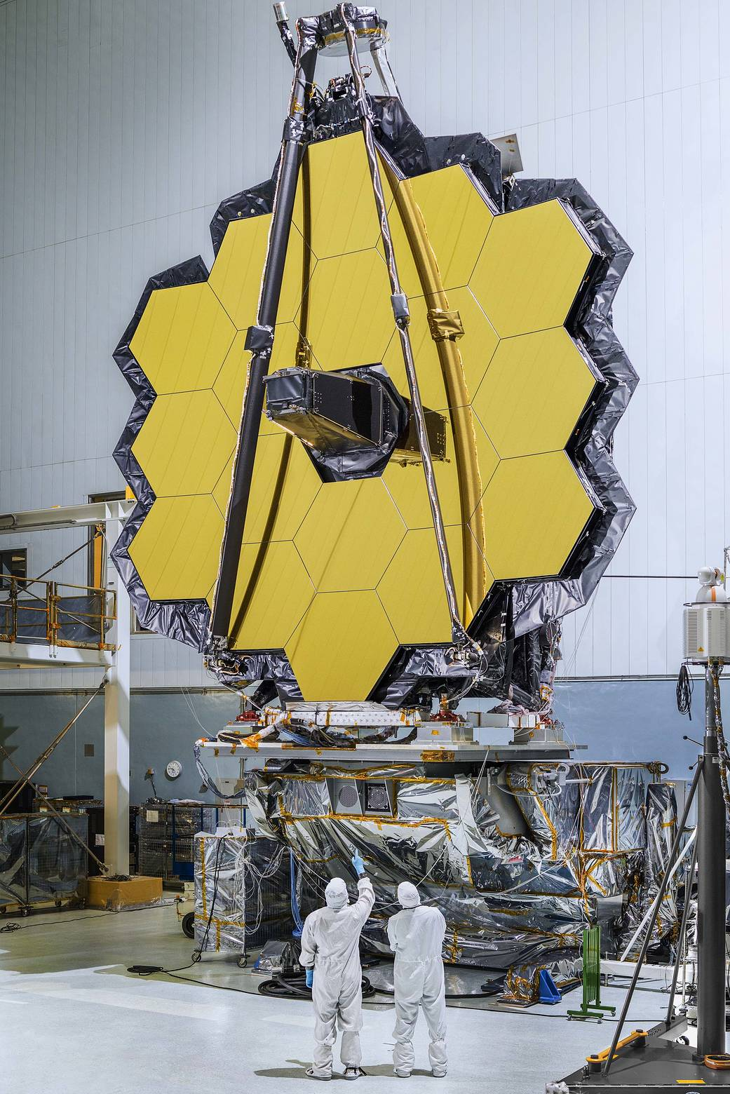 وصف الصورة: المرآة الرئيسة لتلسكوب ويب الفضائي التابع لناسا، المكون من 18 مرآة مسدسة الشكل