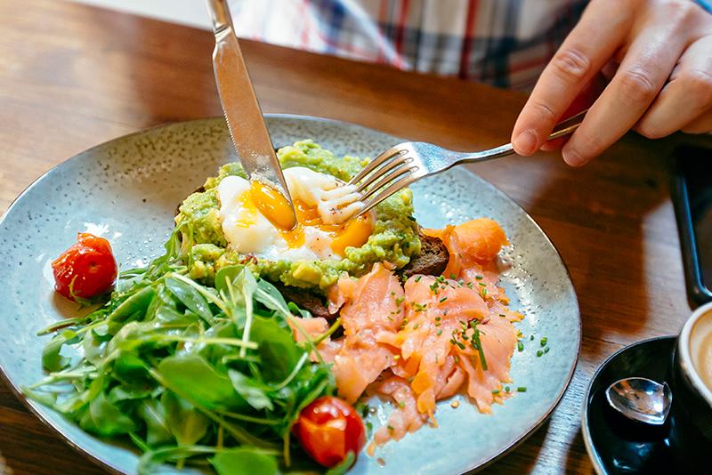 قد يتأثر التعافي بعد الجراحة بما تناولته قبلها من طعام - وجبات الطعام الأخيرة للمريض قبل الجراحة تُحدث فرقًا في الشفاء - تناول الدهون قبل العملية الجراحية
