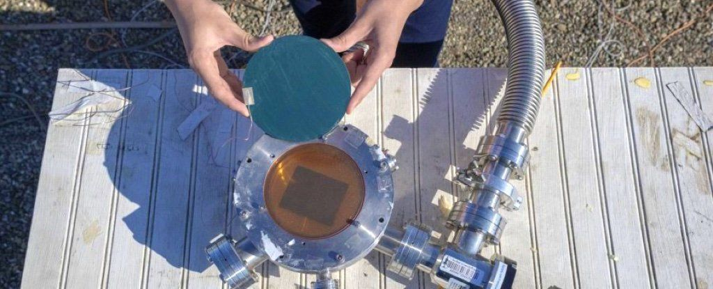 وظيفةُ هذا الجهاز هي امتصاص الطاقة الشمسية، وإرسال الحرارة الزائدة للفضاء مرّةً أُخرى