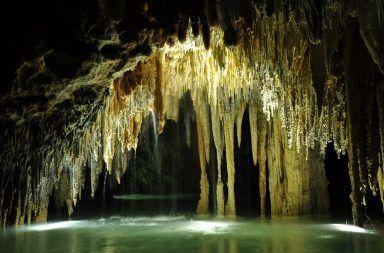 ما هي الأنهار الجوفية من أين تنبع الأنهار الجوفية المصبات البحار الصخور الجيرية الماء الحمضي شقوق الصخرية التربة المنفذة للماء