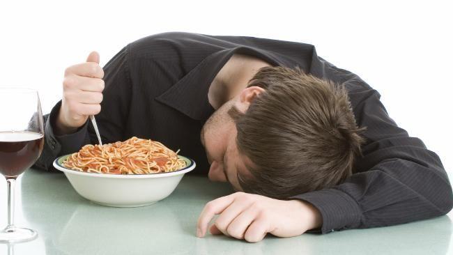 لماذا نشعر بالنعاس بعد تناول الطعام؟