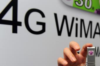 امرآة تعرض جهاز واي ماكس للجيل الرابع أثناء معرض في مركز المؤتمرات في تايبيه في 2010