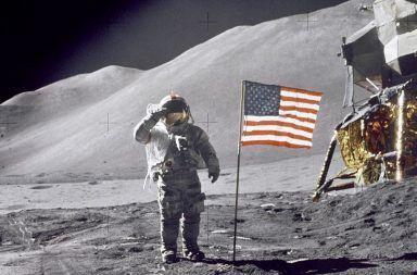 لماذا كان نيل آرمسترونغ أول رجل وصل إلى سطح القمر أول إنسان تطأ خطاه سطح القمر رائد الفضاء الأمريكي نيل آرمسترونغ باز ألدرين