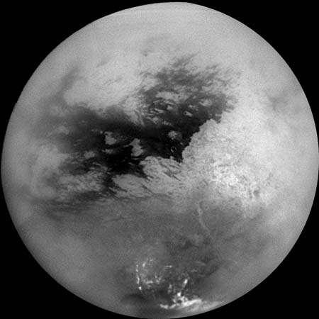 صورة: قمر تيتان (من أقمار كوكب زحل) في فسيفساء من تسع صور التقطتها مركبة الفضاء كاسيني في 26 تشرين الأول وتمت معالجتها لتقليل الستار في الغلاف الجوي للقمر.