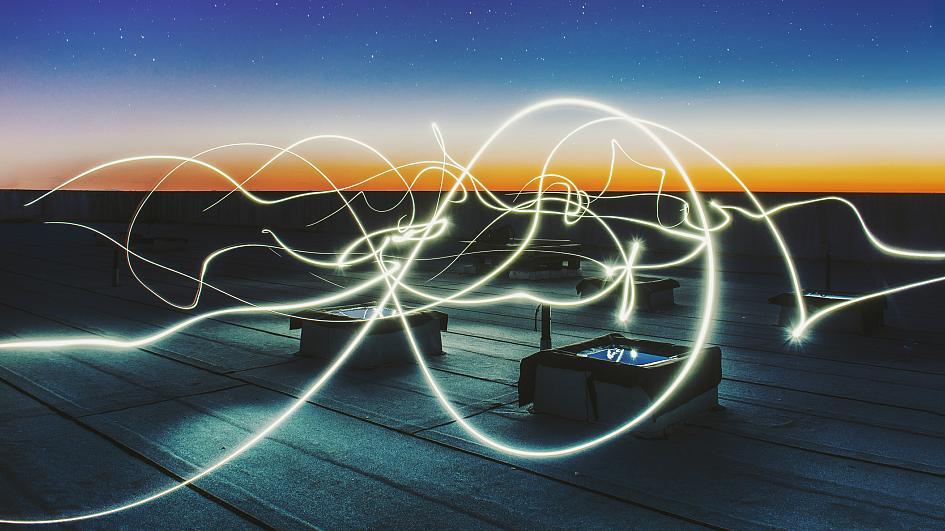تكنولوجيا جديدة صديقة للبيئة تولد الكهرباء من طبقات الهواء الرقيقة - توليد الكهرباء من الهواء الرطب - أسلاك بروتين نانوية موصلة للكهرباء