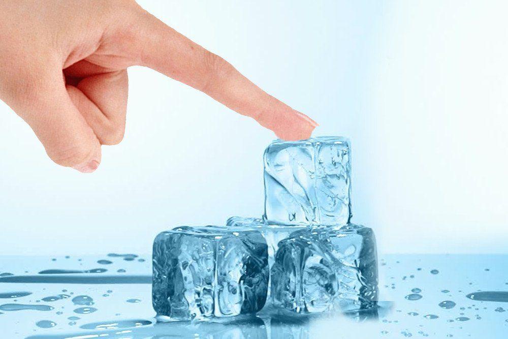 لماذا يلتصق جلدك بالجليد إذا لمسته؟