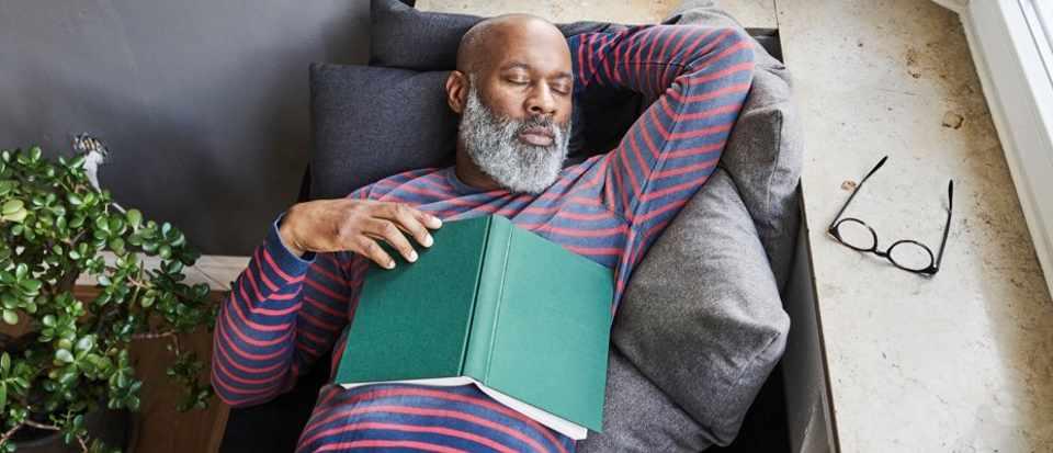 النوم المفرط قد يزيد من خطر الإصابة بالسكتة الدماغية - الأشخاص الذين ينامون لمدة تسع ساعات أو أكثر في الليل - قيلولة طويلة بعد الظهر