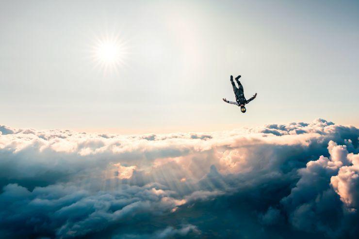 ما هو السقوط الحر القفز في الهواء الجاذبية ارتفاع شاهق الفيزياء النيوتونية العلاقو بين القوة والزخم قافزي المظلات مقاومة الهواء