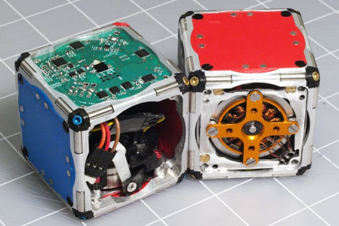 تصميم مجموعات من الروبوتات صغيرة تعمل على شكل وحدة مثل السرب - اخترع روبوتات تتصل ببعضها عن طريق هياكل محددة وتتبع مسارات ومصادر الضوء