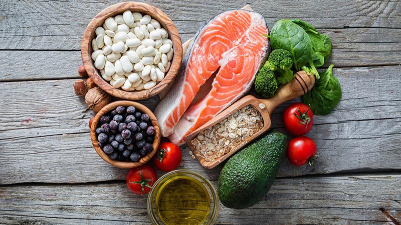 المفاتيح الخمسة لاتّباع حمية صحية - تناول طعامًا متنوعًا - أكثر من الخضار والفواكه - كيف أتناول المزيد من الطعام الصحي - هل الدهون مضرة