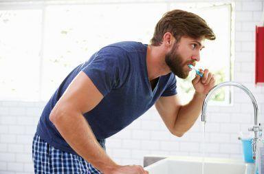 فرشاة الأسنان أم المسواك.. ما مدى فعالية الطرق البديلة لتنظيف الأسنان تنظيف الأسنان باستخدام المسواك حماية الأسنان من الإصابة بالتسوس
