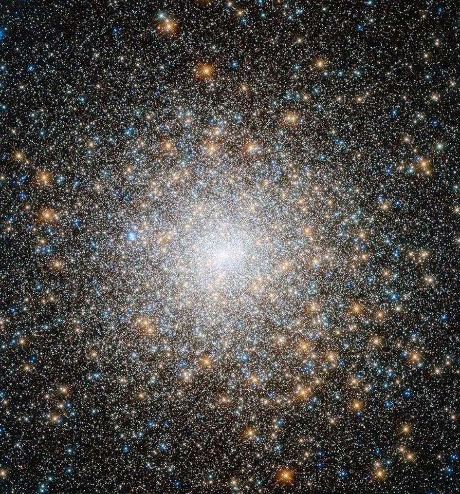 Messier 15 ، مثال نموذجي للكتلة الكروية القديمة ancient globular cluster. النجوم في الداخل حمراء إلى حد ما، أما النجوم المائلة للأزرق فقد تشكلت من اندماج النجوم القديمة الأكثر احمرارًا. هذه المجموعة مسترخية للغاية، بمعني أن الأجسام الأثقل سقطت نحو المركز، بينما طُردت الأجسام الأقل كتلةً نحو الأطراف، أو خرجت من المجموعة تمامًا. إن تأثير الاسترخاء العنيف هو عملية فيزيائية حقيقية ومهمة، ولكن قد لا تحدث في حالة هالات المادة المظلمة.