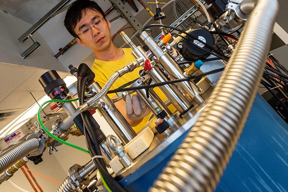 مطياف التيراهيرتز terahertz spectrometer الذي يُستخدم في قياس التشابك. (جيف فيتلو Jeff Fitlow / جامعة رايس Rice University)
